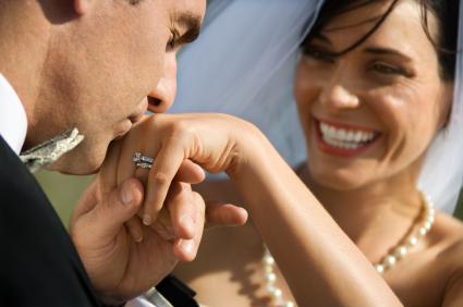 soțul sărută mână soției