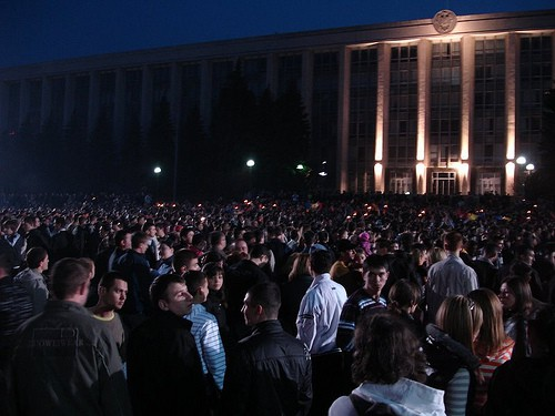 Mulţimea celor indignaţi de fraudarea alegerilor din 5 aprilie 2009