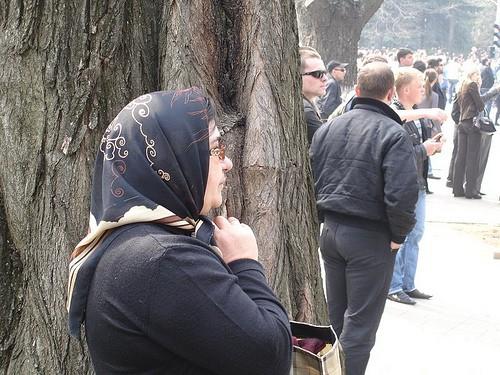 Femeia se roagă în faţa clădirii Preşedinţiei la 7 aprilie 2009