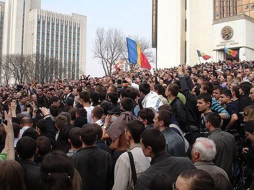 Mulţimea adunată în faţa clădirii Preşedintelui la 7 aprilie 2009