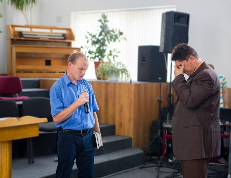 Как необходимо молиться в церкви? (всем вместе или по очереди)