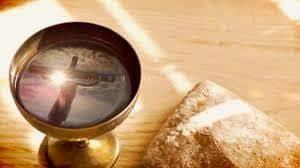 Святое Причастие должно совершаться только в Церкви, или можно и в семье его совершать?