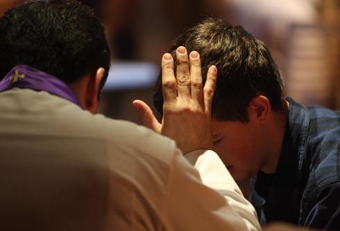 ¿Puede un sacerdote perdonar los pecados?