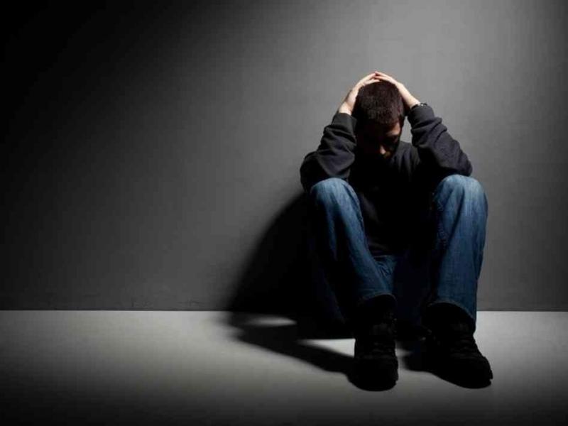 Comment une chrétienne doit traiter le garçon qui a été excommunié de l'église?