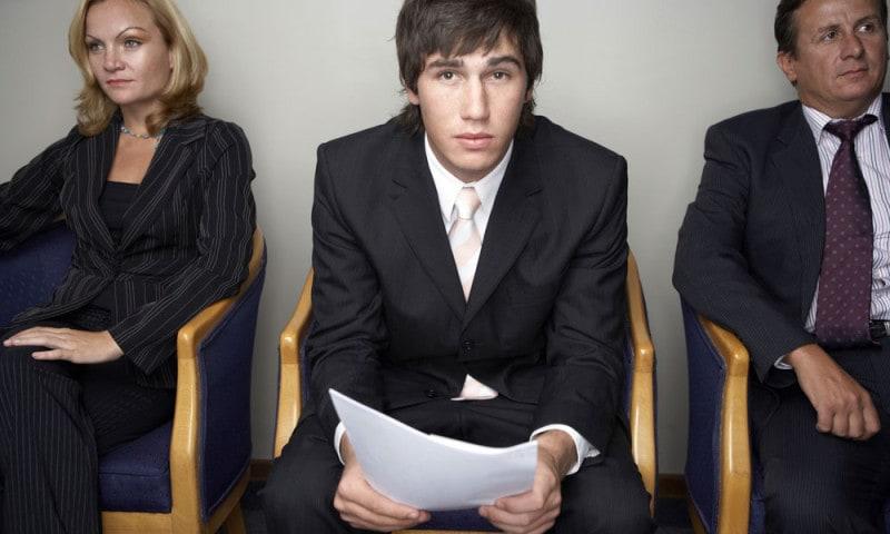 ¿Es pecado ayudar a una persona a ser empleada en lugar de otro persona?