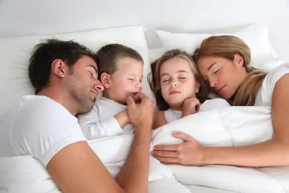 copii și părinți dormind împreună