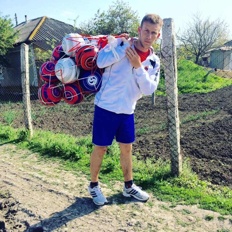 Gheoghe Moldovan cu echipamentul sportiv pentru antrenamentele de fotbal