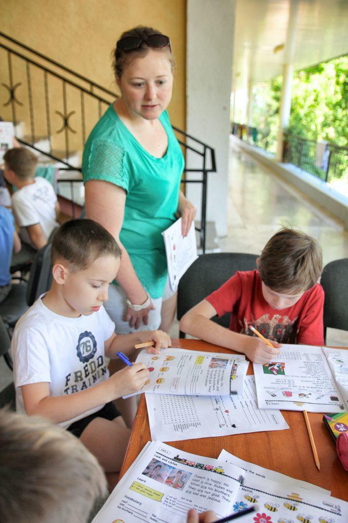 Manualele EFNL pentru copii la tabăra English For a New Life 2017