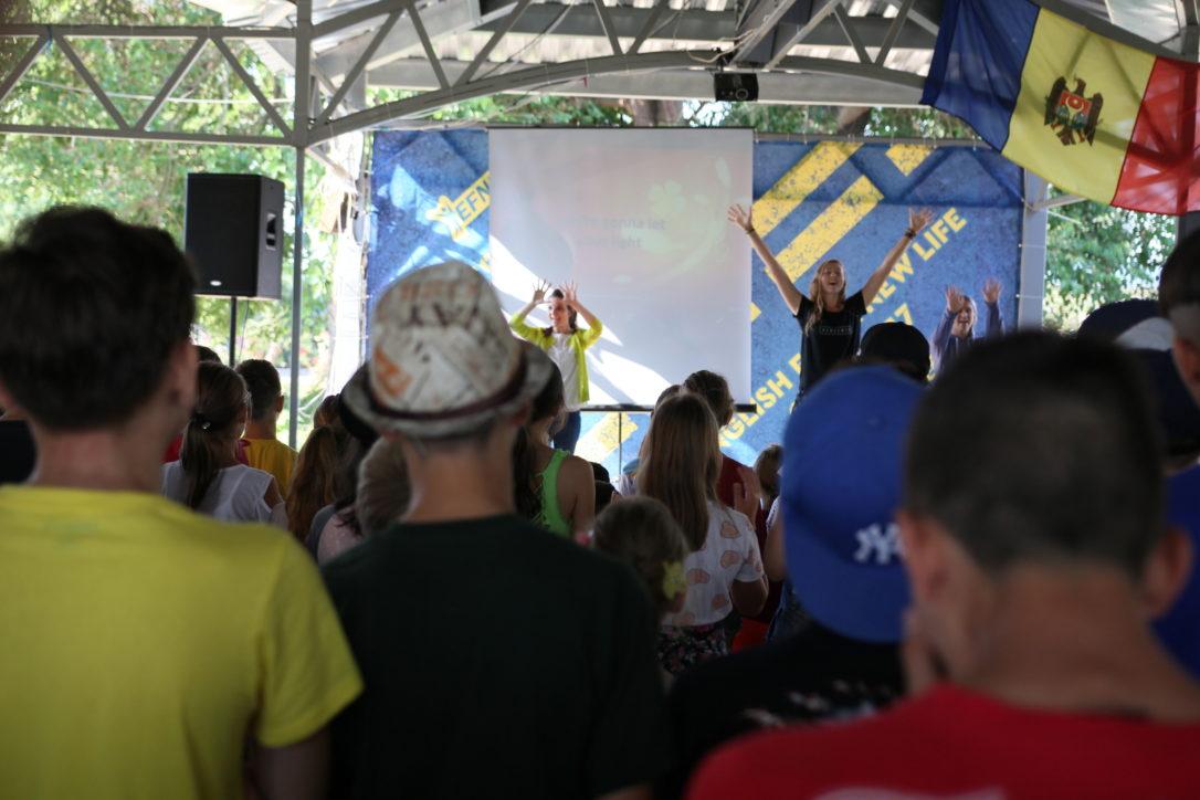 Program de seară cu scente, cântece, predică la tabăra EFNL
