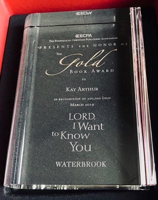 """Premiul Cartea de Aur pentru Kay Arthur - cartea """"Doamne, vreau să Te cunsoc"""""""