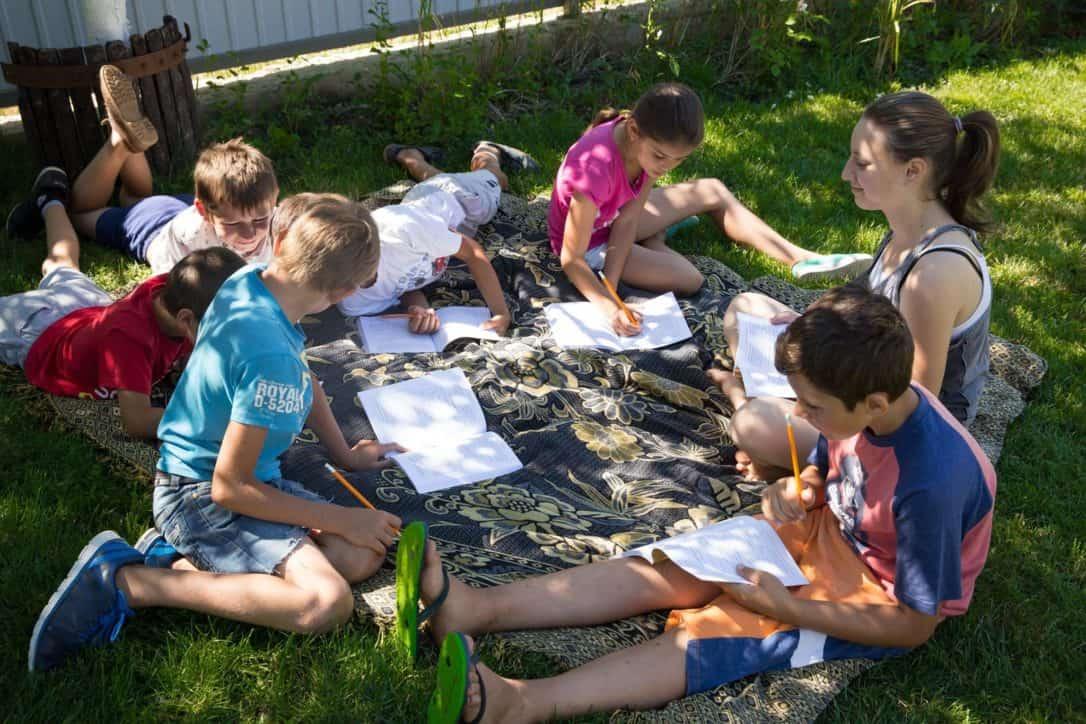 Copilașii studiază Biblia cu foarte multă pasiune