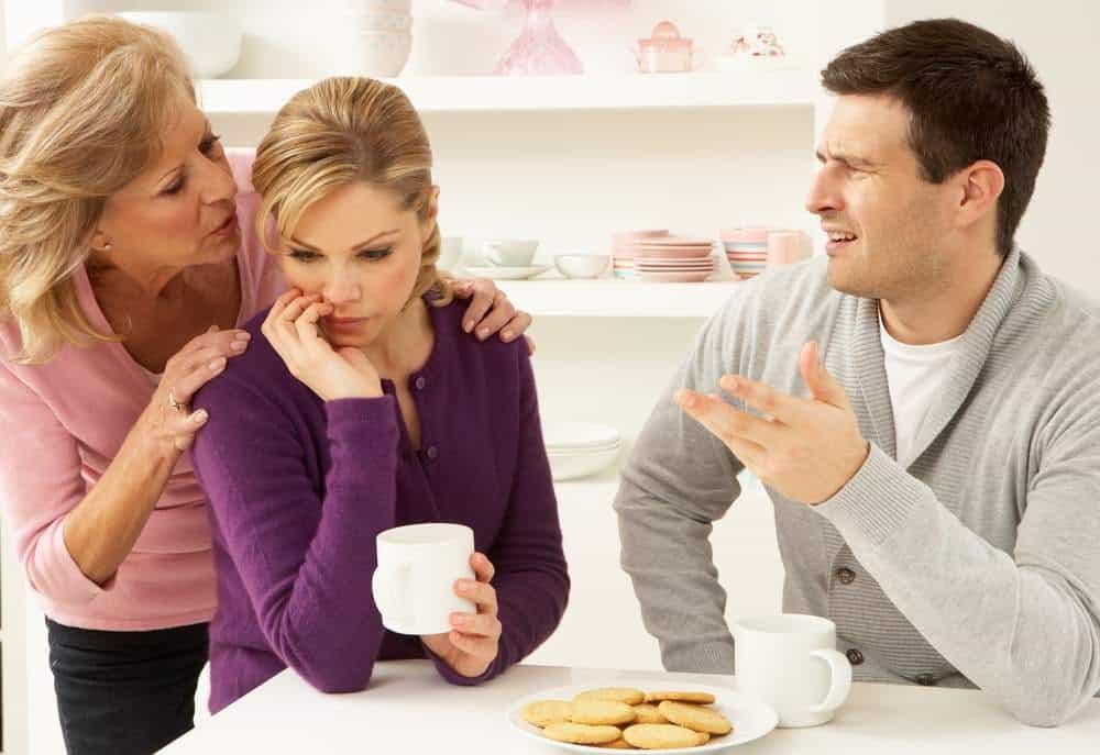 Что делать, когда свекровь контролирует и манипулирует жену и брак?