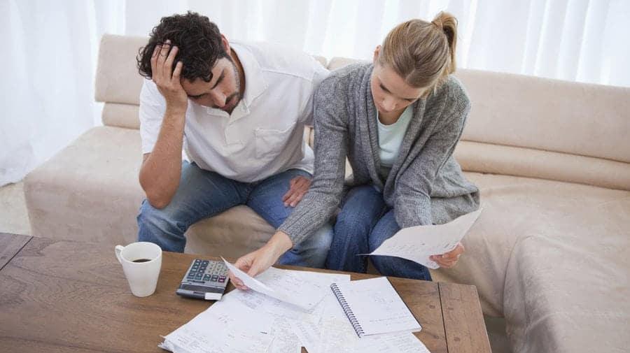 Cum să procedeze soţia când soţul nu întreţine material familia?